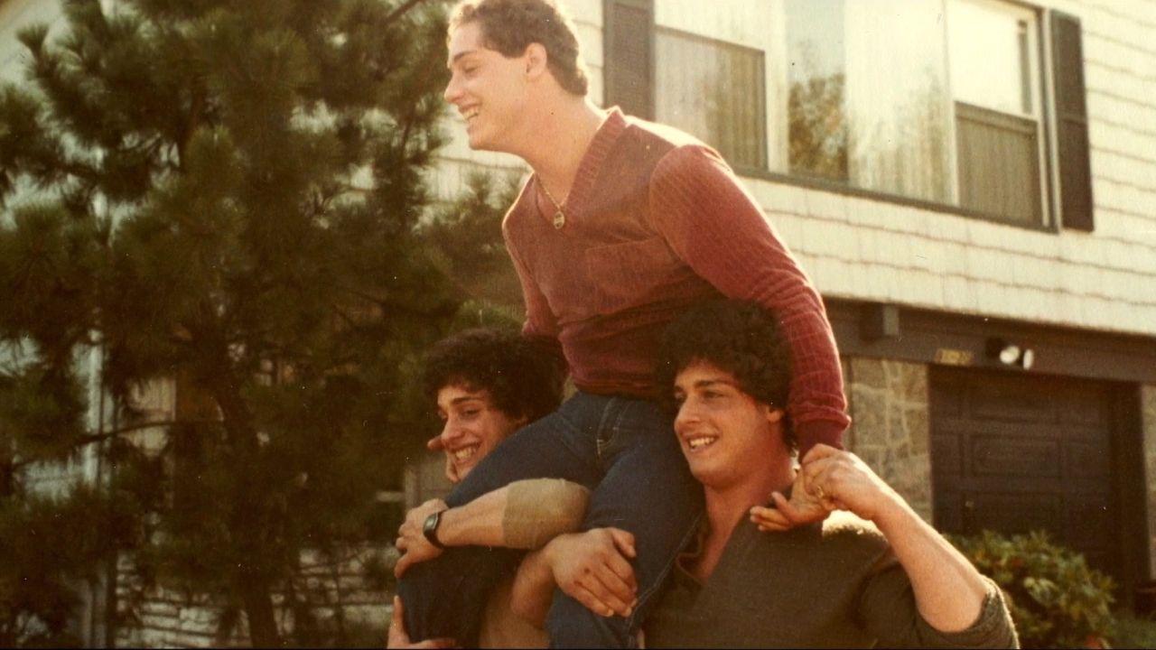 """Identické trojičky rozdelili po narodení. """"Toto robili nacisti,"""" hromžili na desivý experiment bratia, ktorých zasiahla samovražda"""