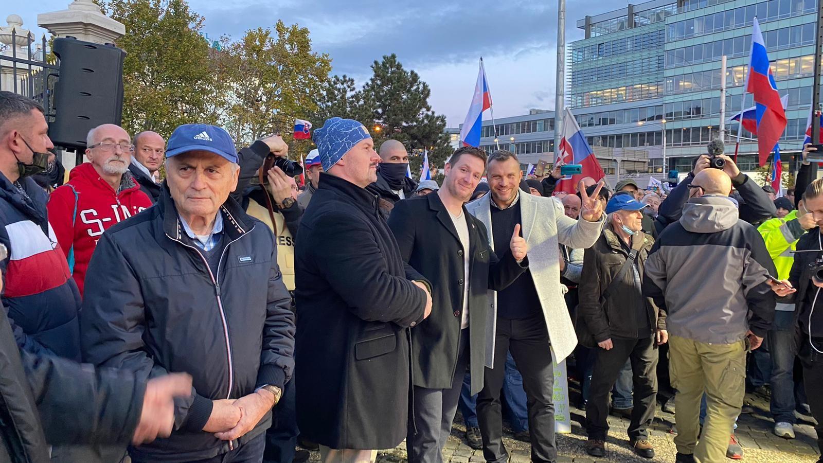 Mazurek, Uhrík aj Kotleba už burcujú protestujúcich pred prezidentským palácom. Stojí s nimi bývalý tribún revolúcie Čarnogurský