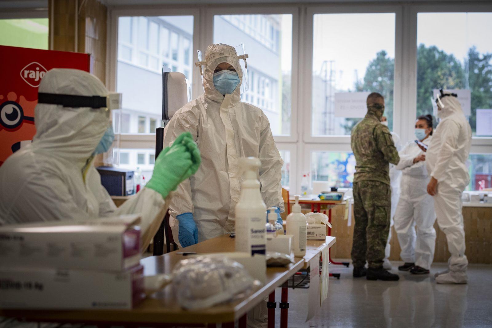 Okolo 800 eur zarobí zdravotník na Slovensku za víkend plošného testovania. Čo všetko si za túto odmenu môže dopriať?