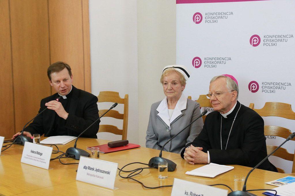 """Katolícka cirkev v Poľsku chce založiť kliniky, kde LGBTI ľuďom pomôžu """"opäť objaviť prirodzenú sexuálnu orientáciu"""""""