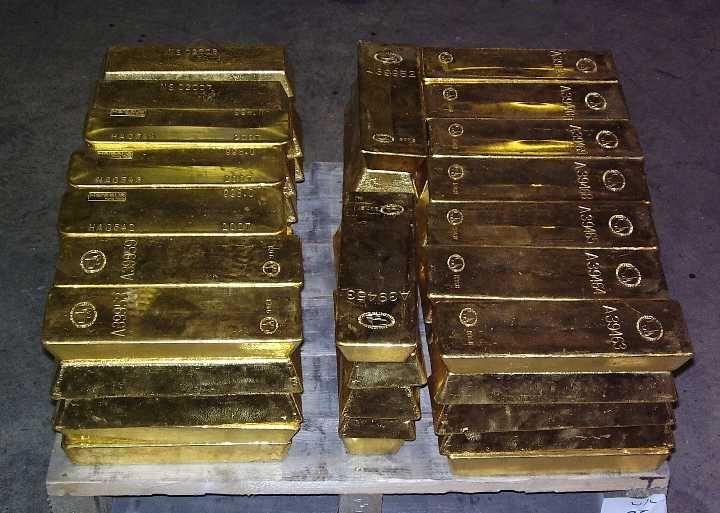 Ozbrojenci prepadli banský transport a ukradli hromadu zlatých tehličiek. Ušli na vlastnom lietadle