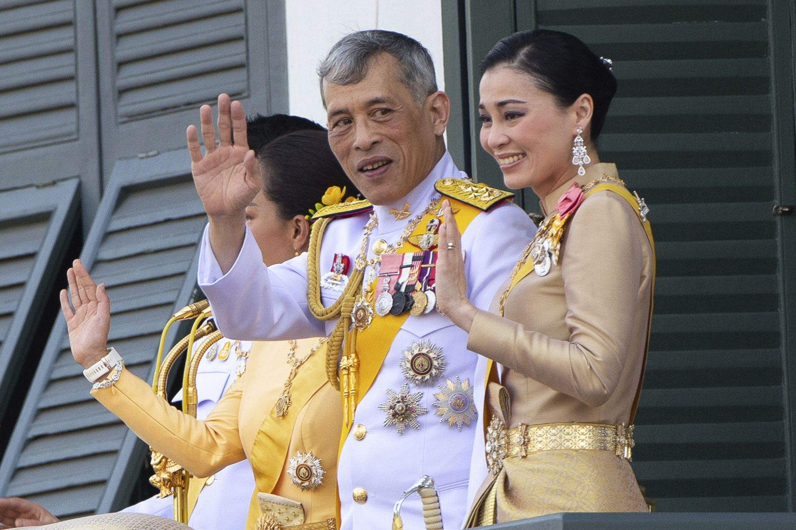 Thajský kráľ sa zavrel do karantény s 20 ženami vo svojom háreme. Doma schytáva obrovskú kritiku