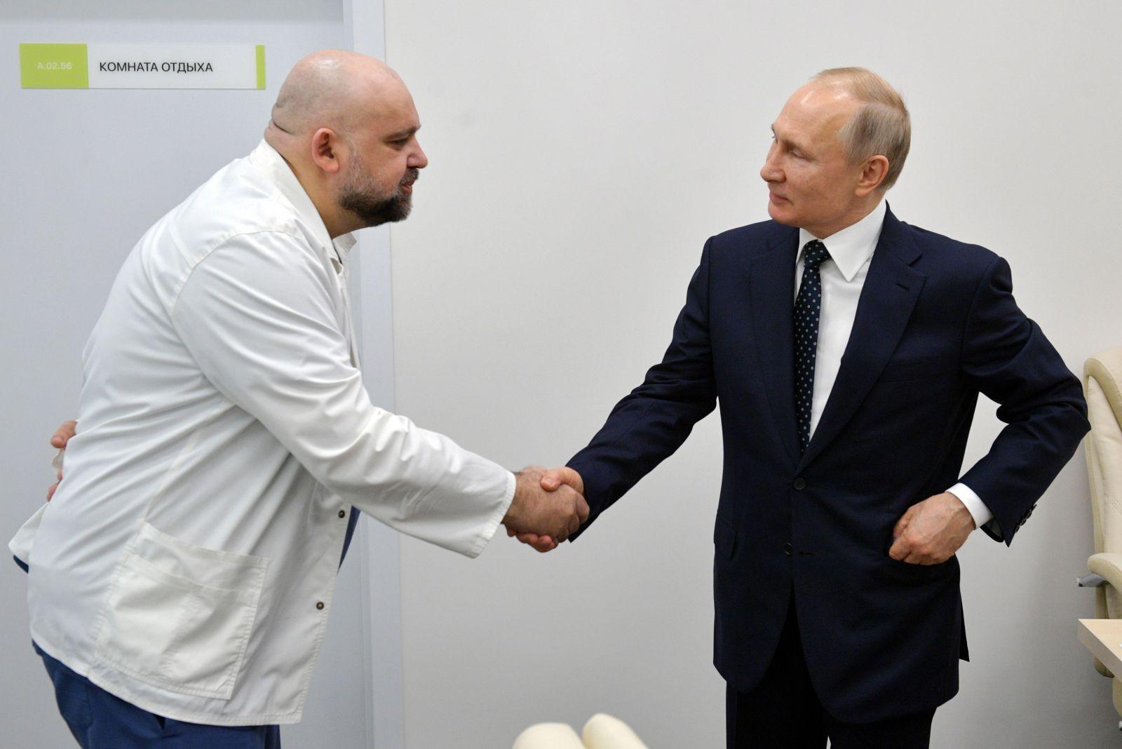 Putin si podával ruku s lekárom, ktorý má koronavírus. Zatiaľ pracuje z domu, neustále ho však testujú