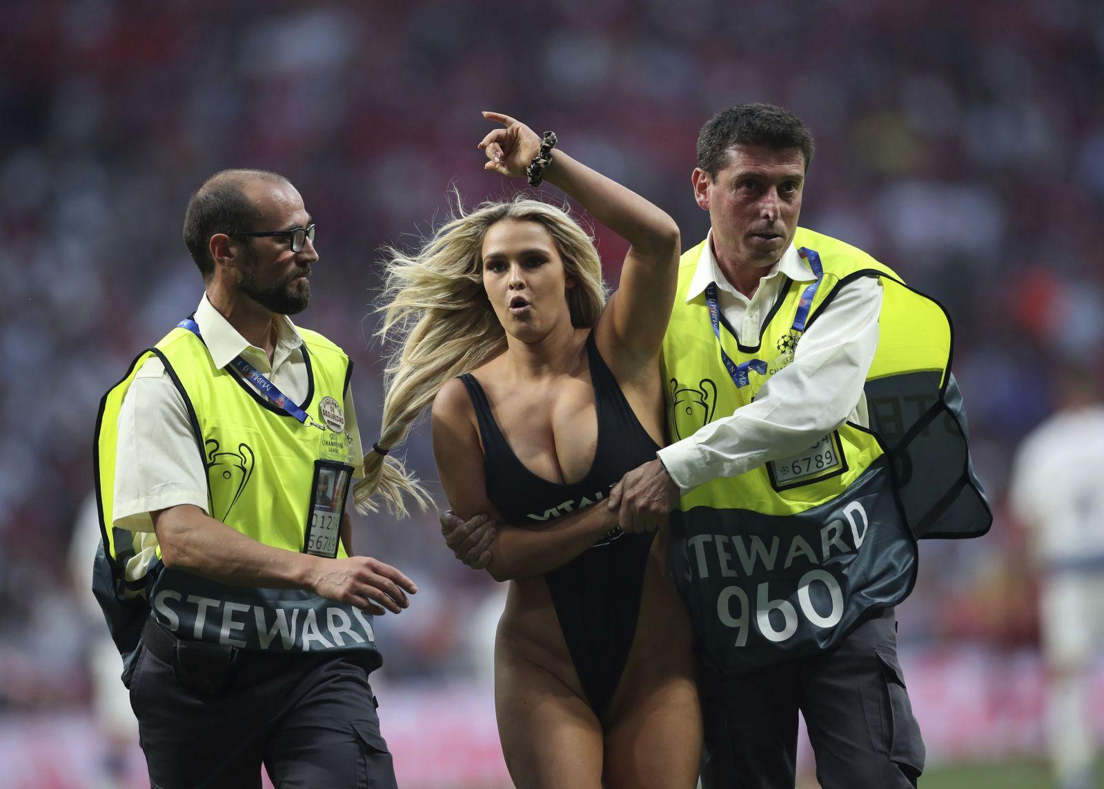 Vo finále Ligy majstrov vbehla na ihrisko polonahá fanúšička, ktorá vzbudila pozornosť všetkých divákov