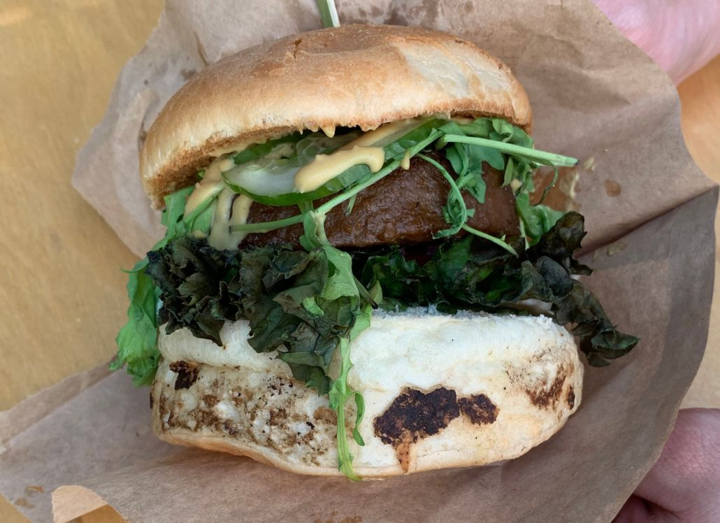 Ochutnali sme vegánsky burger s náhradou mäsa Beyond Meat. Už aj na Slovensku môžeš vyskúšať fenomén, ktorý možno ovládne svet
