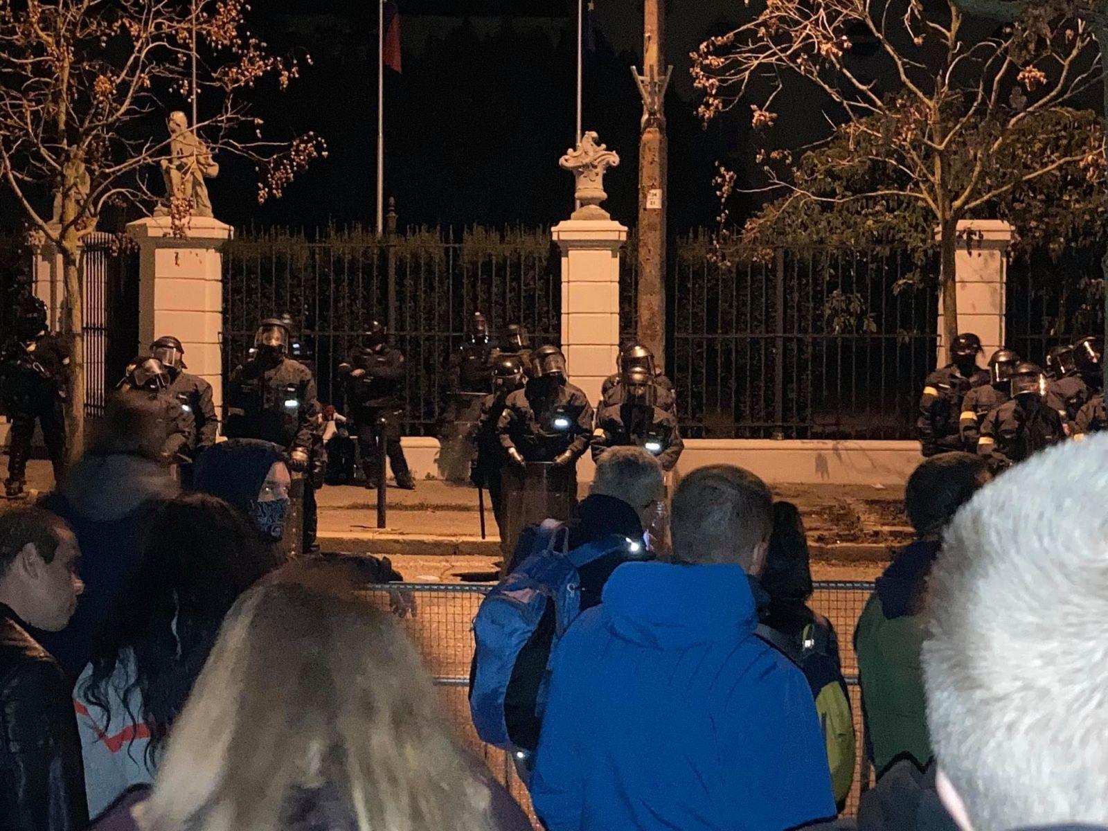 """""""Zhoďte prilby"""" kričia chuligáni na policajtov a chcú, aby sa pridali k protestujúcim. Delobuchy hádžu pred NR SR aj úradom vlády"""