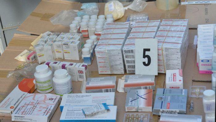 U 75-ročného Slováka v garáži našli policajti steroidy za 450-tisíc eur. Zásoboval nimi posilňovne po celom Česku aj Slovensku