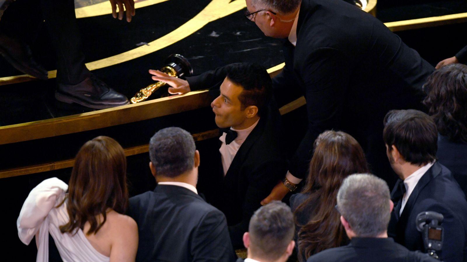 Rami Malek vyhral Oscara a potom s ním spadol z pódia. Ošetrovať ho museli v nemocnici