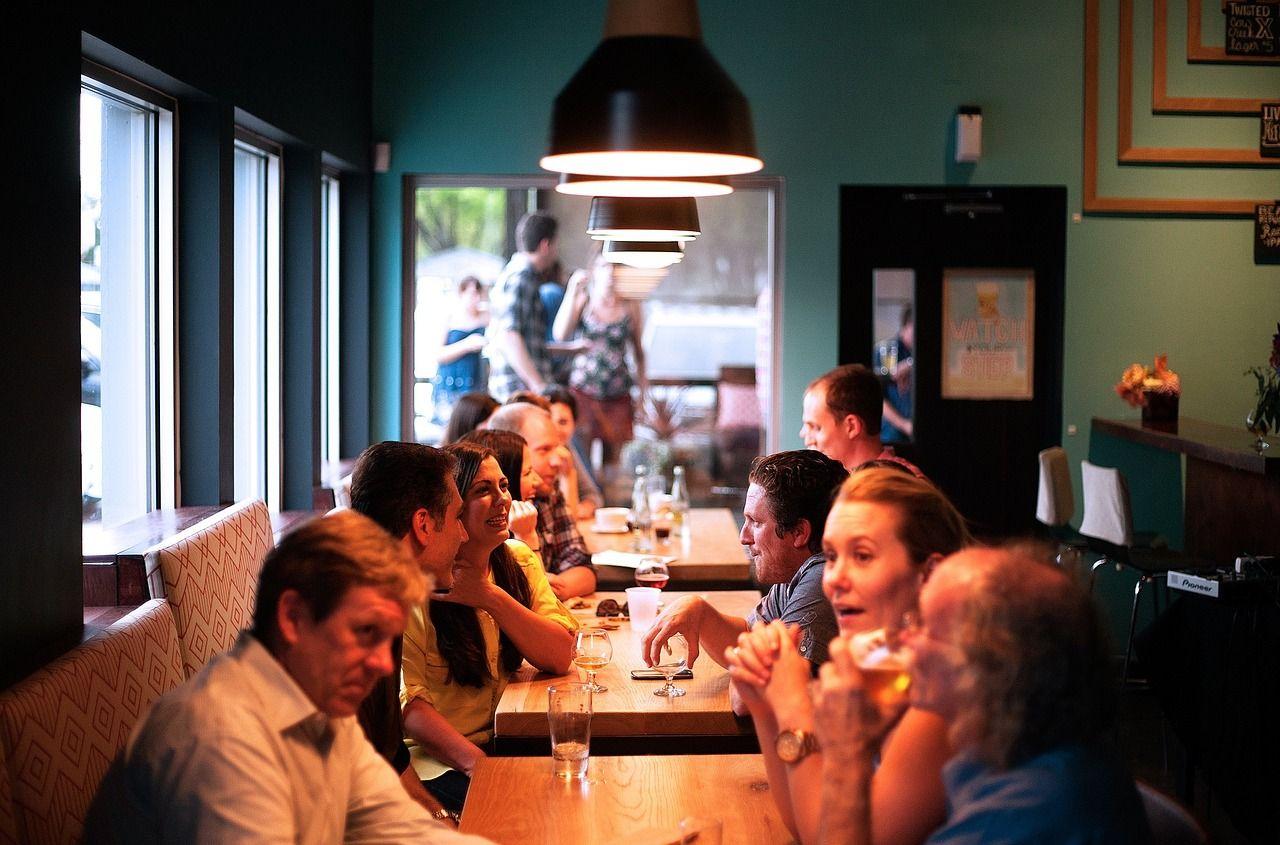 Koronavírus sa v reštaurácii rozšíril na 9 ľudí skrz klimatizáciu. Sedeli príliš blízko nakazenej osoby