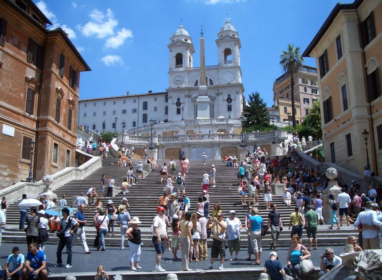 Za sedenie na slávnych rímskych schodoch dostaneš pokutu až 400 €. Mesto zaviedlo nový zákaz