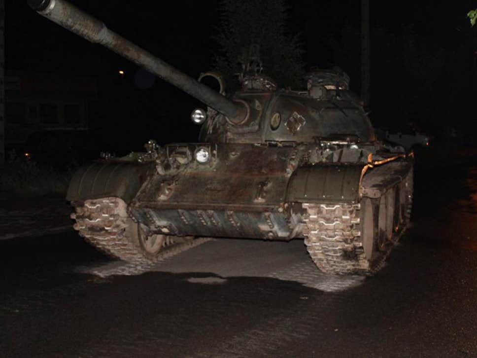 Opitý Poliak v noci jazdil po mestečku na sovietskom tanku. Mal ho len naložiť na nákladiak, teraz mu hrozí 8 rokov basy