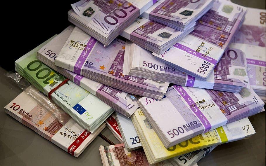 Rusi za 7 týždňov vytiahli z bankomatov 12,5 miliardy eur kvôli koronavírusu. Svet zatiaľ vykupoval jedlo a toaletný papier