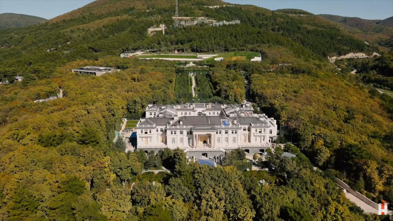 Z milenky-upratovačky spravil milionárku, za toaletnú kefu zaplatil 700 eur. Vieme, kto vraj Putinovi postavil palác za miliardu