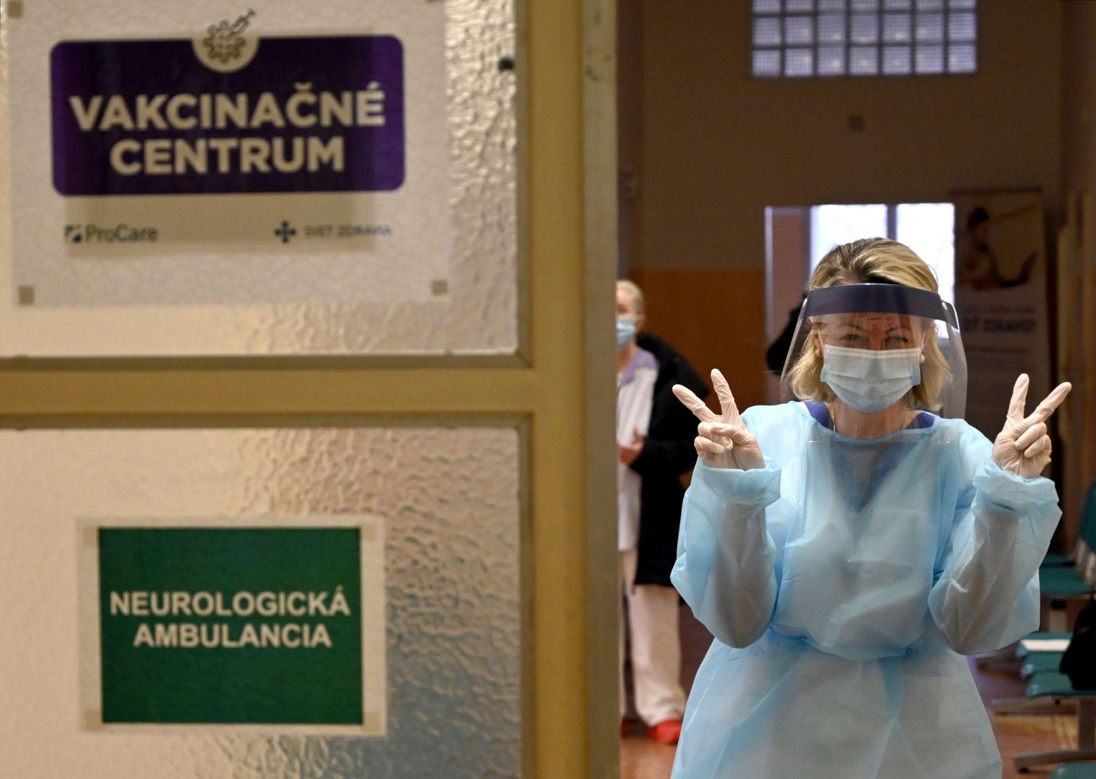 V roku 2021 môžeme zabudnúť na kolektívnu imunitu proti Covid-19, varuje WHO. Rúška tak skoro neodložíme