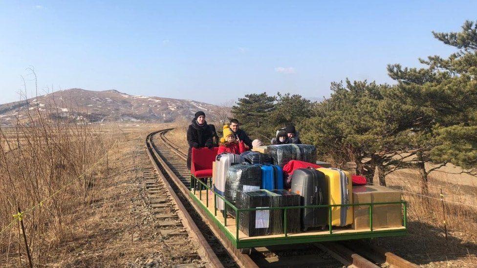 Ruský diplomat musel zo Severnej Kórey odísť na ručnom koľajovom vozíku. Nemal inú možnosť