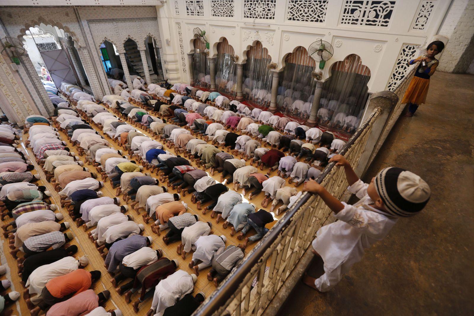 Ramadán začíná: Muslimové budou měsíc držet půst a obdarovávat chudé