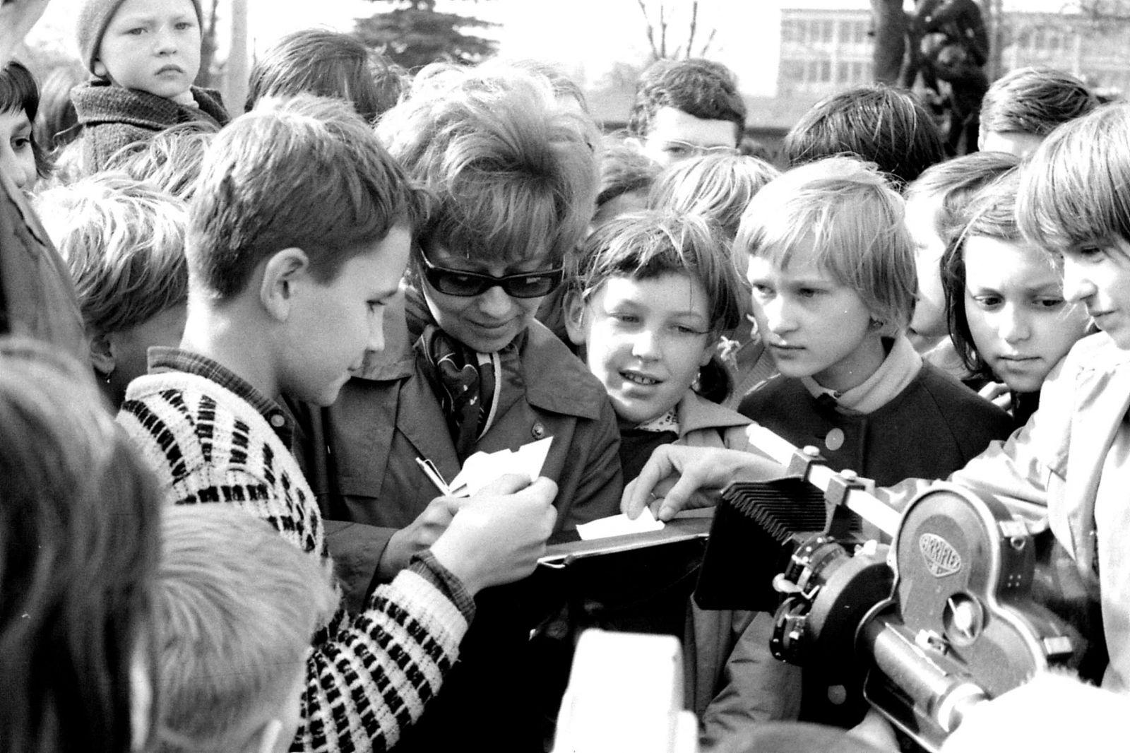 Olga Čuříková v obležení mladých fanoušků