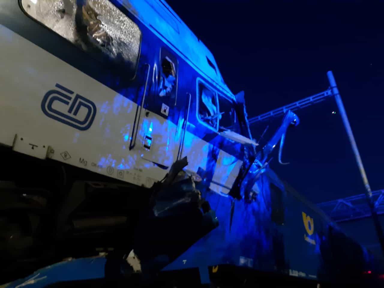 U Českého Brodu se srazily vlaky. Na místě jsou desítky zraněných, někteří těžce