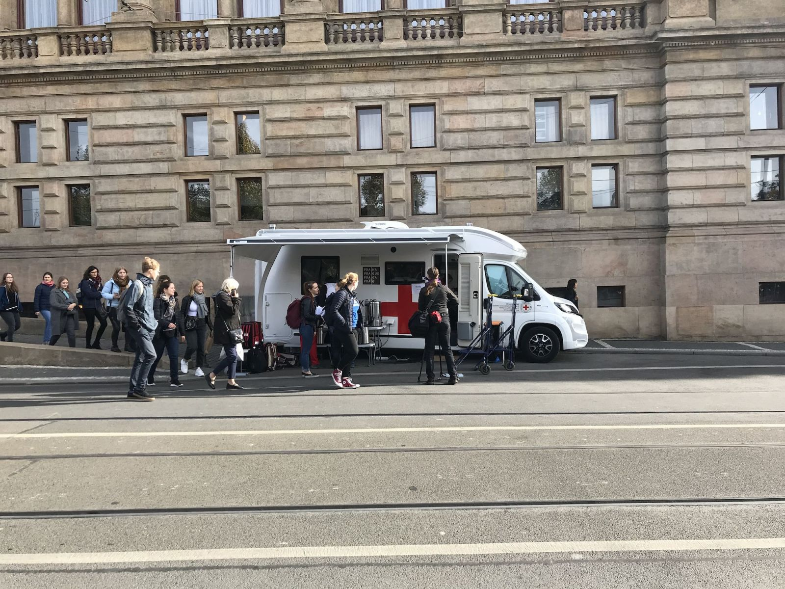 Česko truchlí: Památce Karla Gotta se do Prahy přijely poklonit desetitisíce lidí