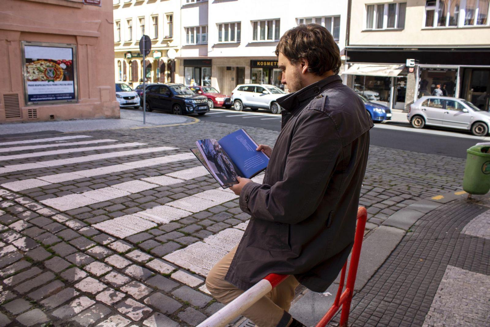 Na ulici nejsou kamarádi. Je to boj o přežití, říká autor knihy Homeless Guide