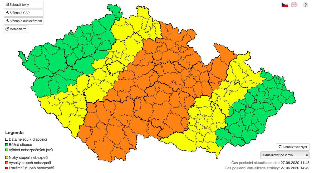 Na Česko se ženou silné bouře, kroupy a vichr. Meteorologové varují i před povodněmi.