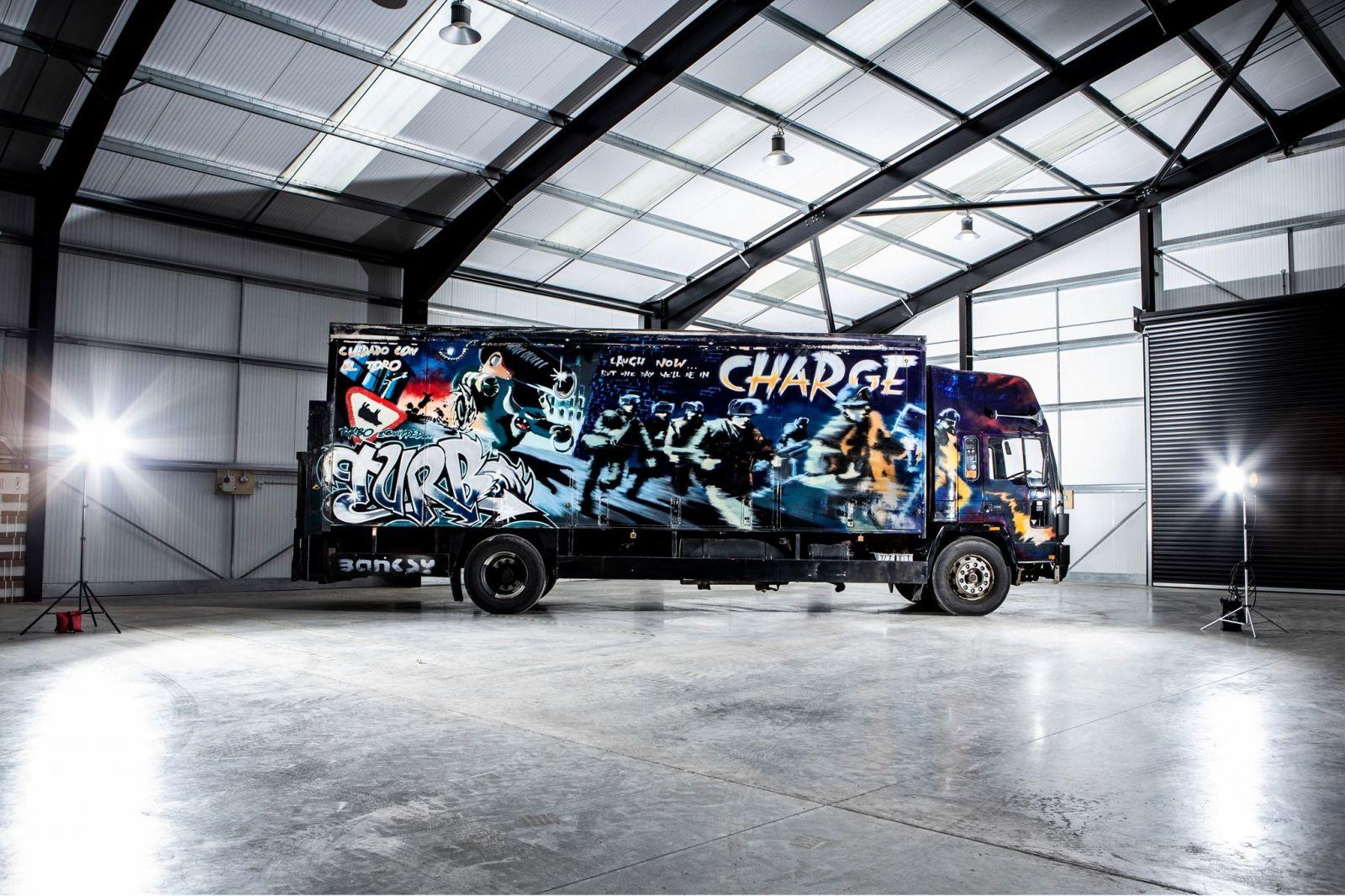Keď Banksy na kamióne pracoval, bol úplne neznámym chlapcom, teraz sa ide dražiť a suma má výrazne prekročiť milión