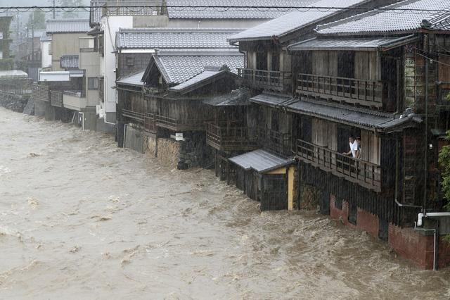 Tajfún Hagibs naplno vyčíňať ešte len začne, no už si vyžiadal prvú obeť. Ulice sú plné zrúcanín a vody a autá sú v priekopách