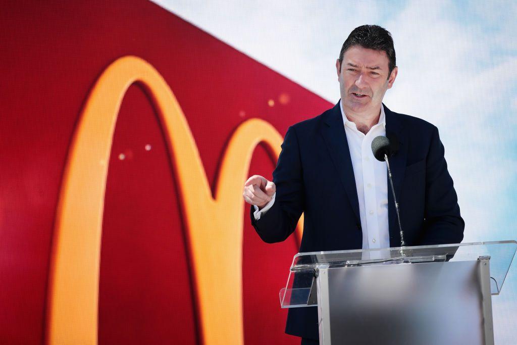 Generálneho riaditeľa McDonaldu vyhodili preto, že nadviazal konsenzuálny vzťah s iným zamestnancom