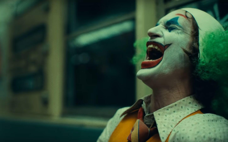 Muž, ktorý trpí rovnakou poruchou ako Joker sa rozrozprával o živote s ňou a chváli Joaquina