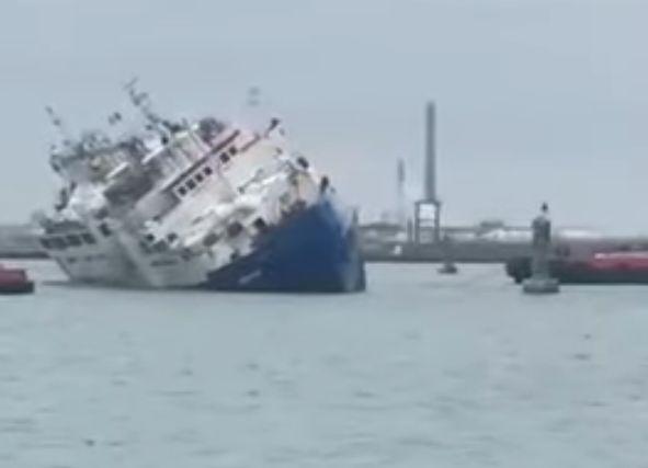 V Rumunsku sa včera prevrátila loď, ktorá prevážala 14 000 oviec. Väčšina z nich je v nej stále uväznená, dúfajú, že prežili noc