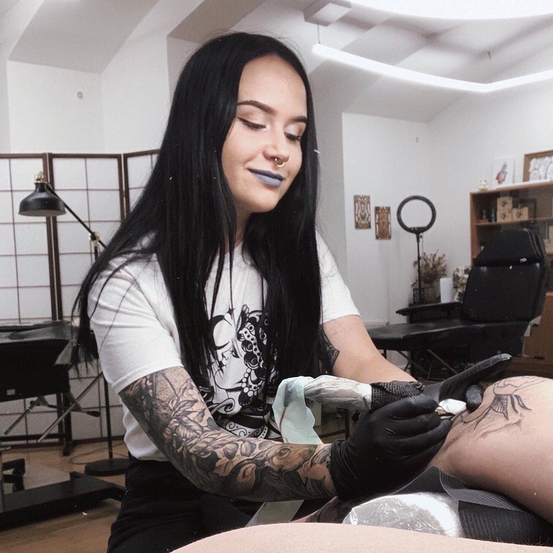 """""""Lidé většinou o ekologickém tetování neví, je to novinka na trhu,"""" prozradila nám ekotatérka Laura"""