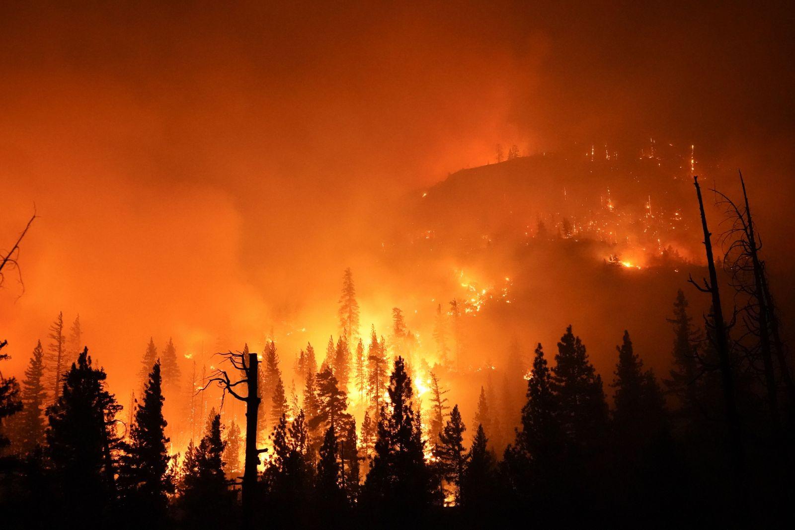 Plameny pohltily USA, v Californii není vidět slunce