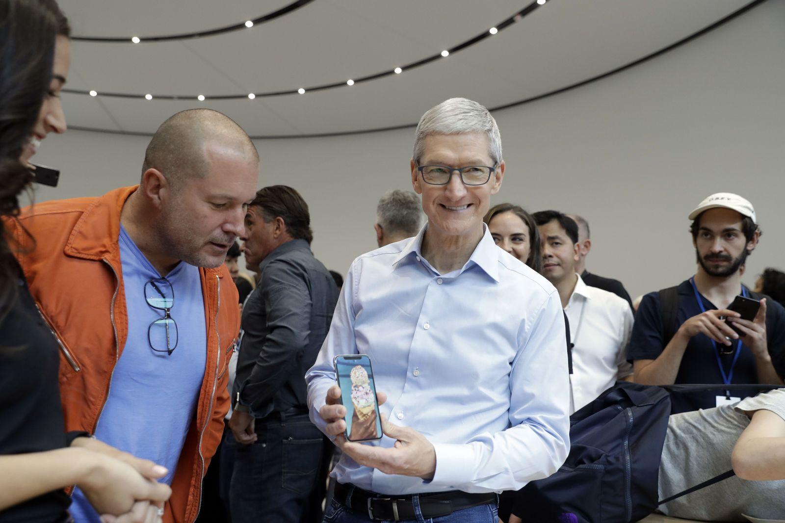 Šéf Apple Tim Cook tento rok zarobil takmer 12 miliónov dolárov. Je to o 200-krát viac ako jeho priemerný zamestnanec