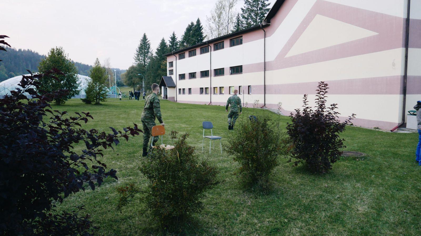 Vojaci doniesli ku radu pred športovú halu stoličky okolo 17:30