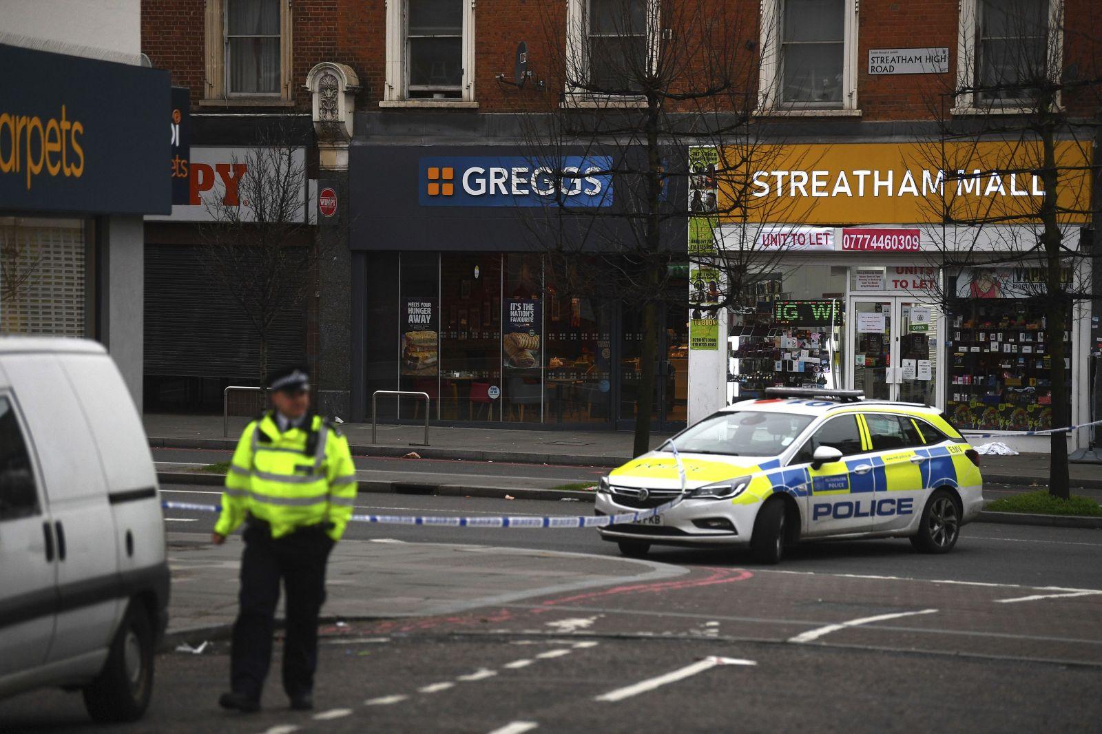 Britská polícia zastrelila muža, ktorý nožom dobodal niekoľko ľudí. Čin vyhodnotila ako teroristický útok