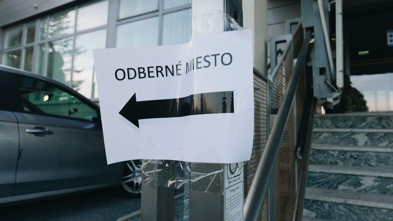 Boli sme sa testovať na Orave: Ľudia čakajú tri hodiny v rade, na mnohých miestach chýba zdravotný personál