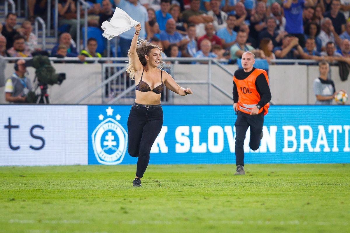 Slovenka vbehla počas zápasu Slovana na ihrisko len v podprsenke. Diváci začali okamžite burácať
