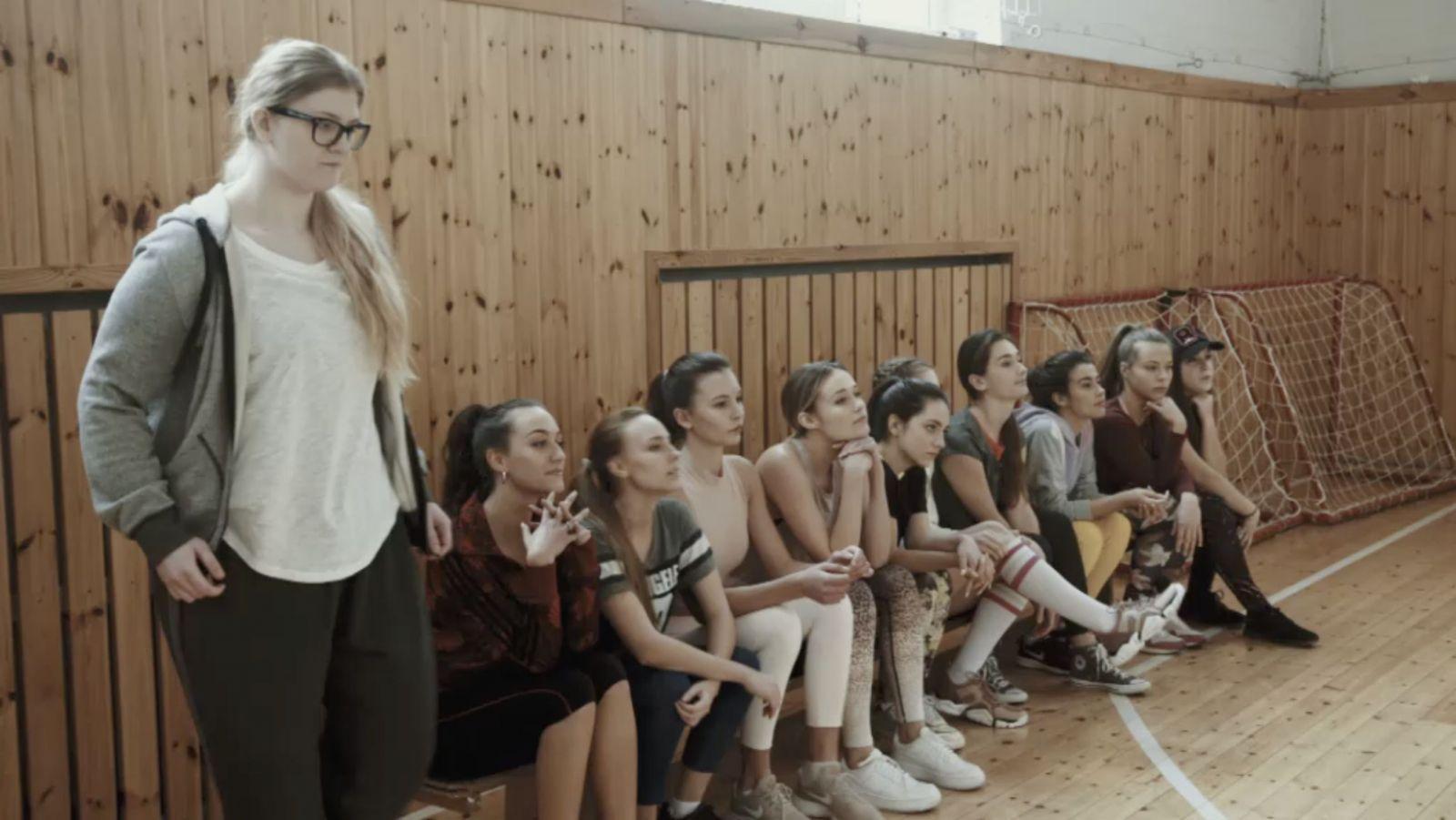 Slovenskí stredoškoláci streamovali, ako ich spolužiačka takmer vykonala veľkú potrebu do umývadla. Čo znamená #TotoSomJa?