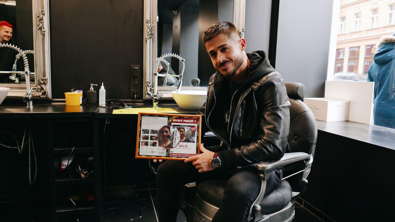 Alekos z Czech Casting: Môj gauč je najznámejší na svete. Objavili sa na ňom aj mnohé celebrity (Rozhovor)