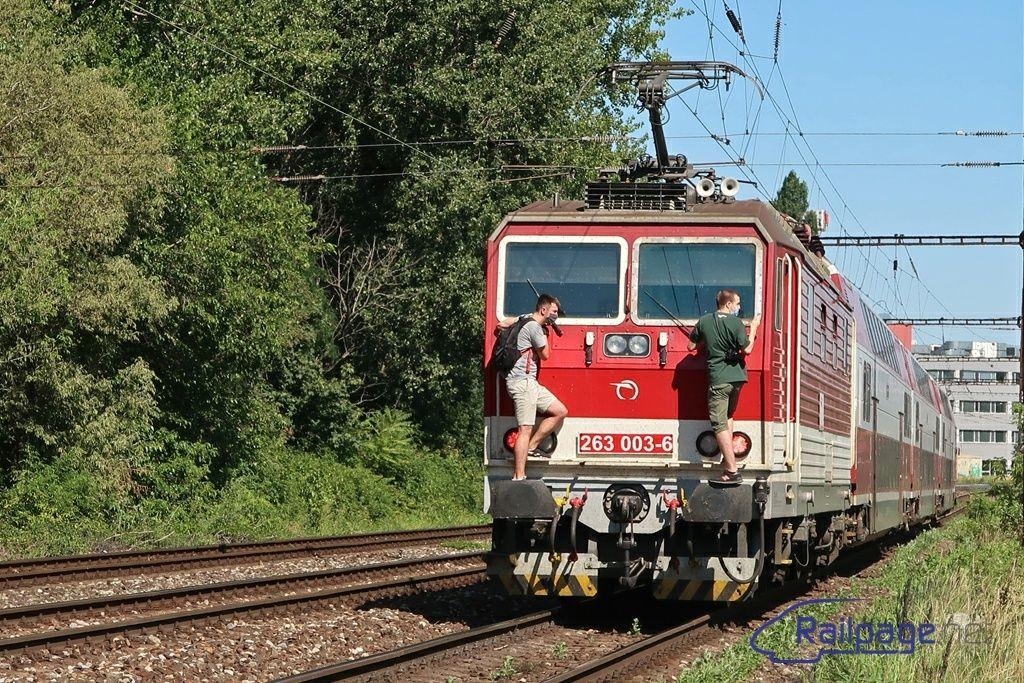 Dvaja mladíci sa v Bratislave zavesili o idúci vlak. Čiernymi pasažiermi sa už zaoberá aj polícia