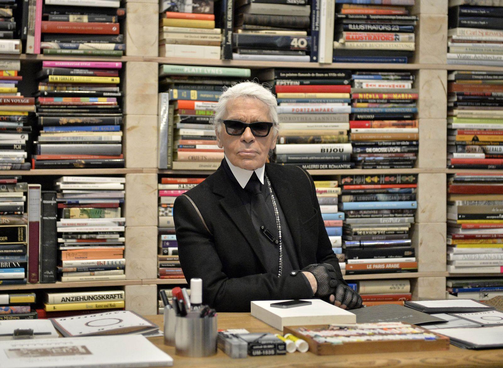 Chcel sa oženiť s vlastnou mačkou a návrhy kreslil výlučne mejkapom. 20 zaujímavostí o Karl Lagerfeldovi, ktoré si (možno) nevedel