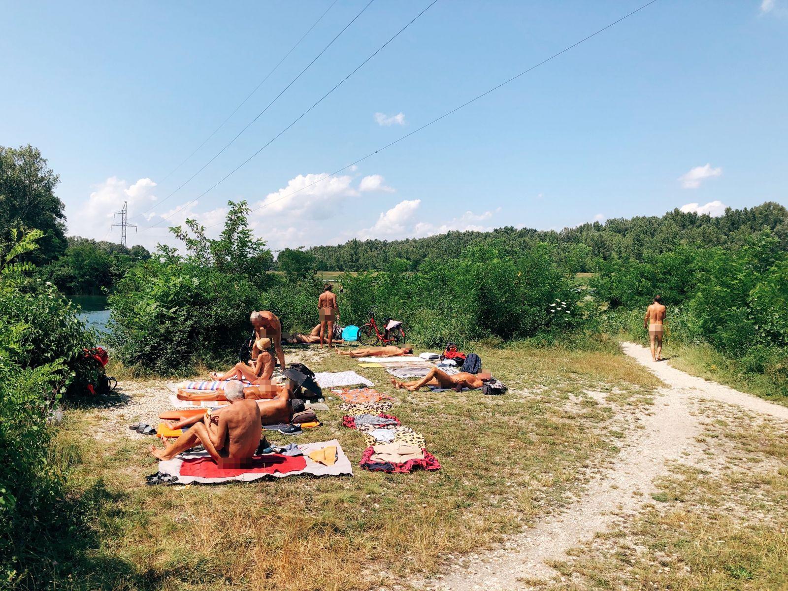 Boli sme na slovenskej nudapláži: Ako s nami flirtovali 70-ročné dôchodkyne a prečo sa nudisti cítia lepšie nahí?
