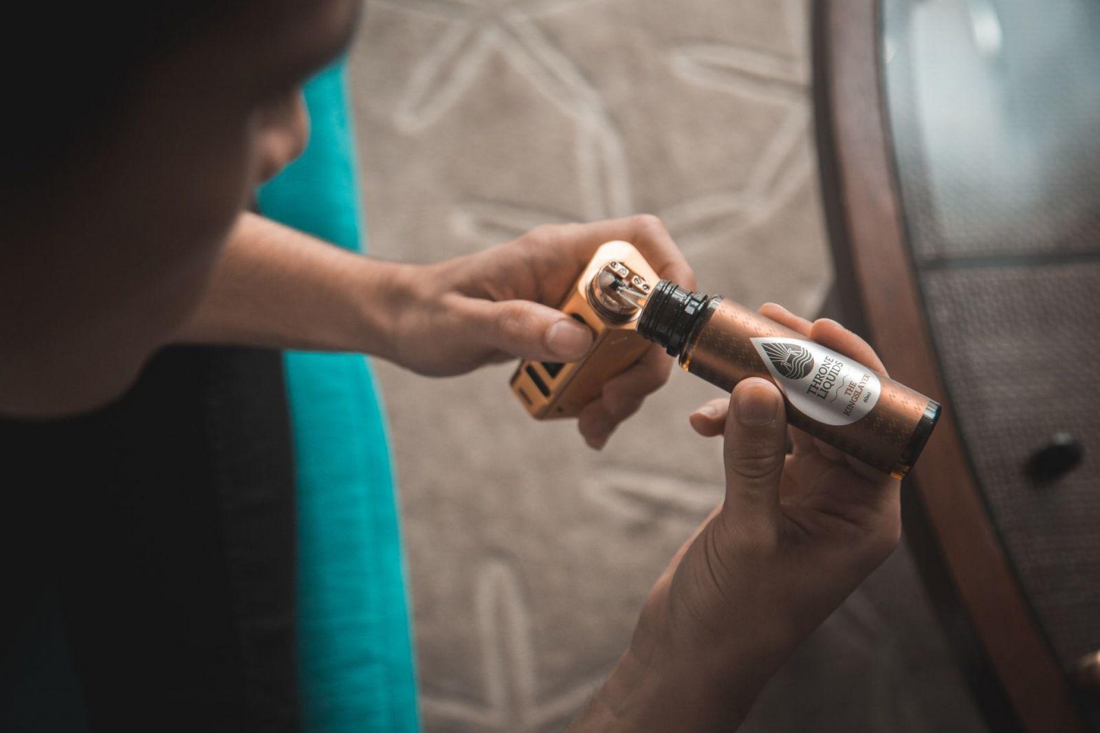 E-cigarety začínajú zabíjať už aj v Európe. Na následky vapingu zomrel v Belgicku prvý človek