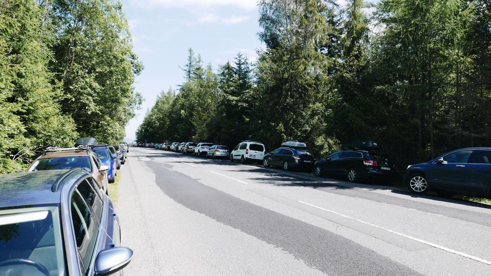 Autá odstavené na hlavnej ceste na začiatku Tatránskej Lomnice