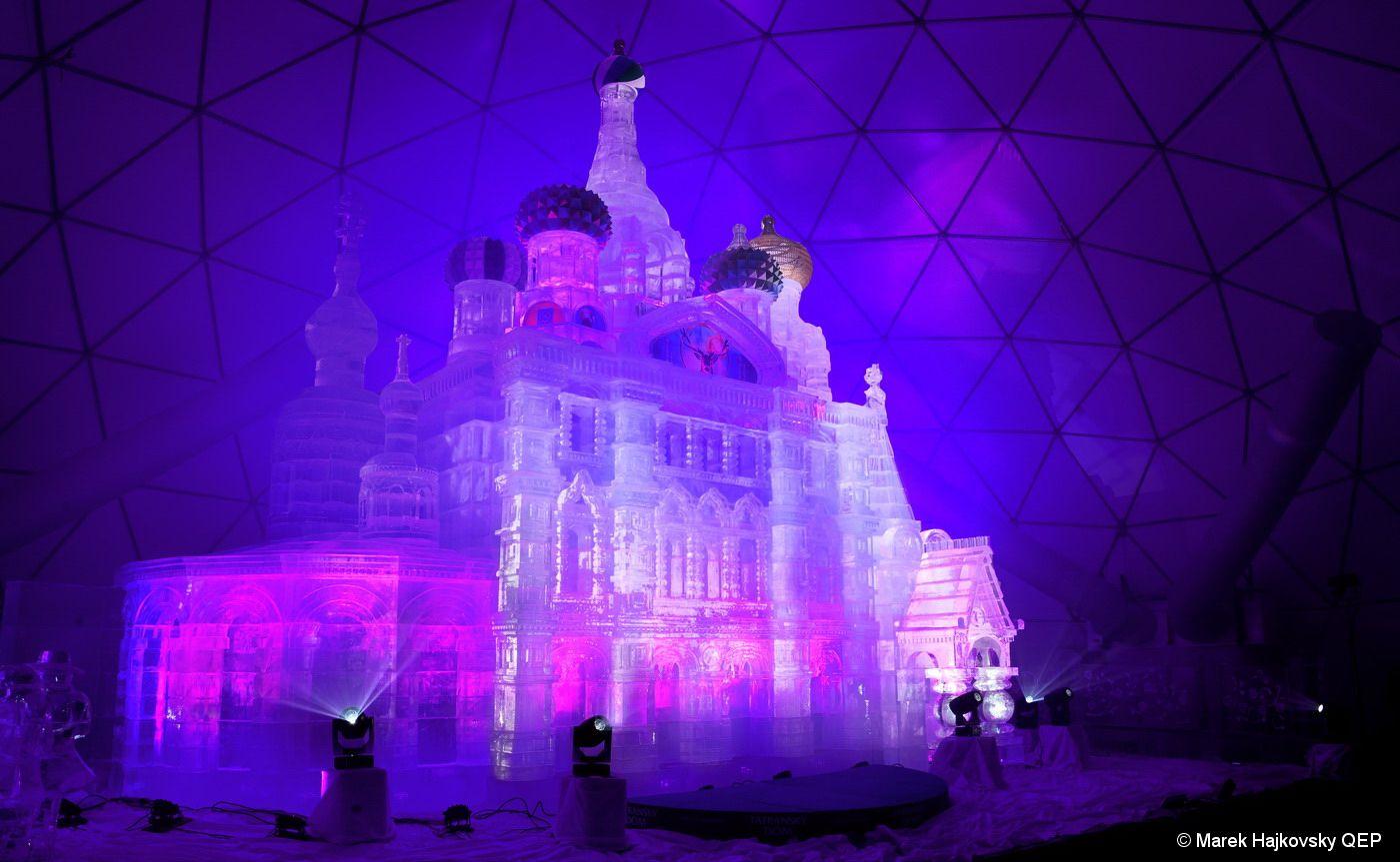 V Tatrách vytvorili veľkolepú ľadovú repliku chrámu v Petrohrade. 12-metrová stavba pozostáva z 225 ton ľadu