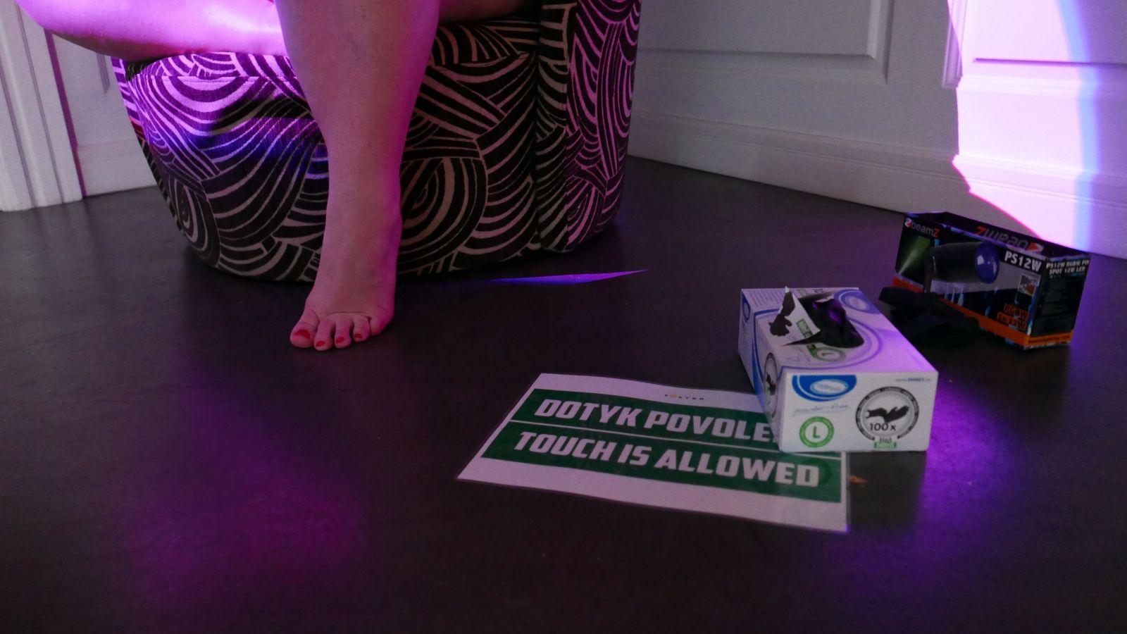 Na kontroverznej výstave nahých žien boli dovolené aj dotyky. Niektorí návštevníci to využili naplno (Report)