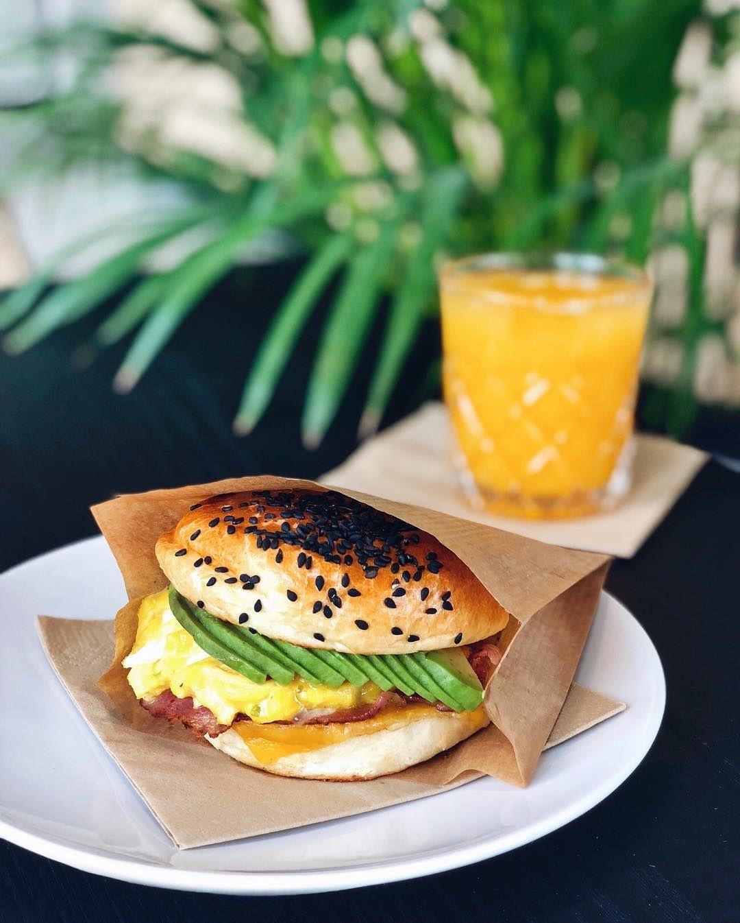 Našli sme burger, ktorý sa podáva na raňajky. Onedlho si ho budeš môcť objednať aj domov