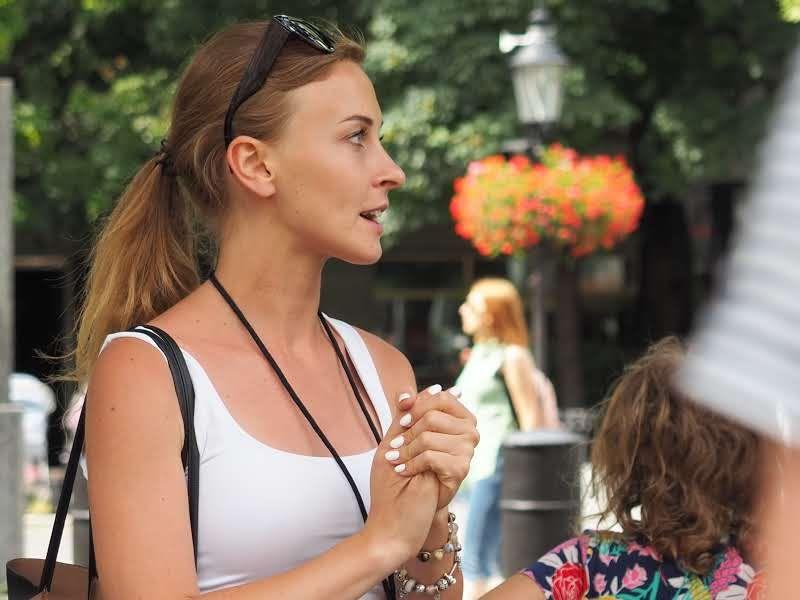Po Bratislave sprevádza stovky turistov, ktorí jej nemusia nič zaplatiť. Napriek tomu sa tým živí (Rozhovor)