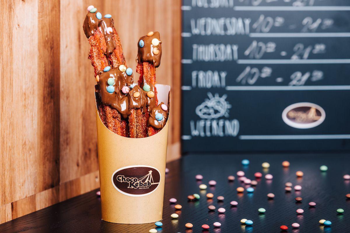 Namiesto mäsa sa na stroji točí 10-kilový valec čokolády. Špeciálny kebab nájdeš  už aj v obchodnom centre Eurovea