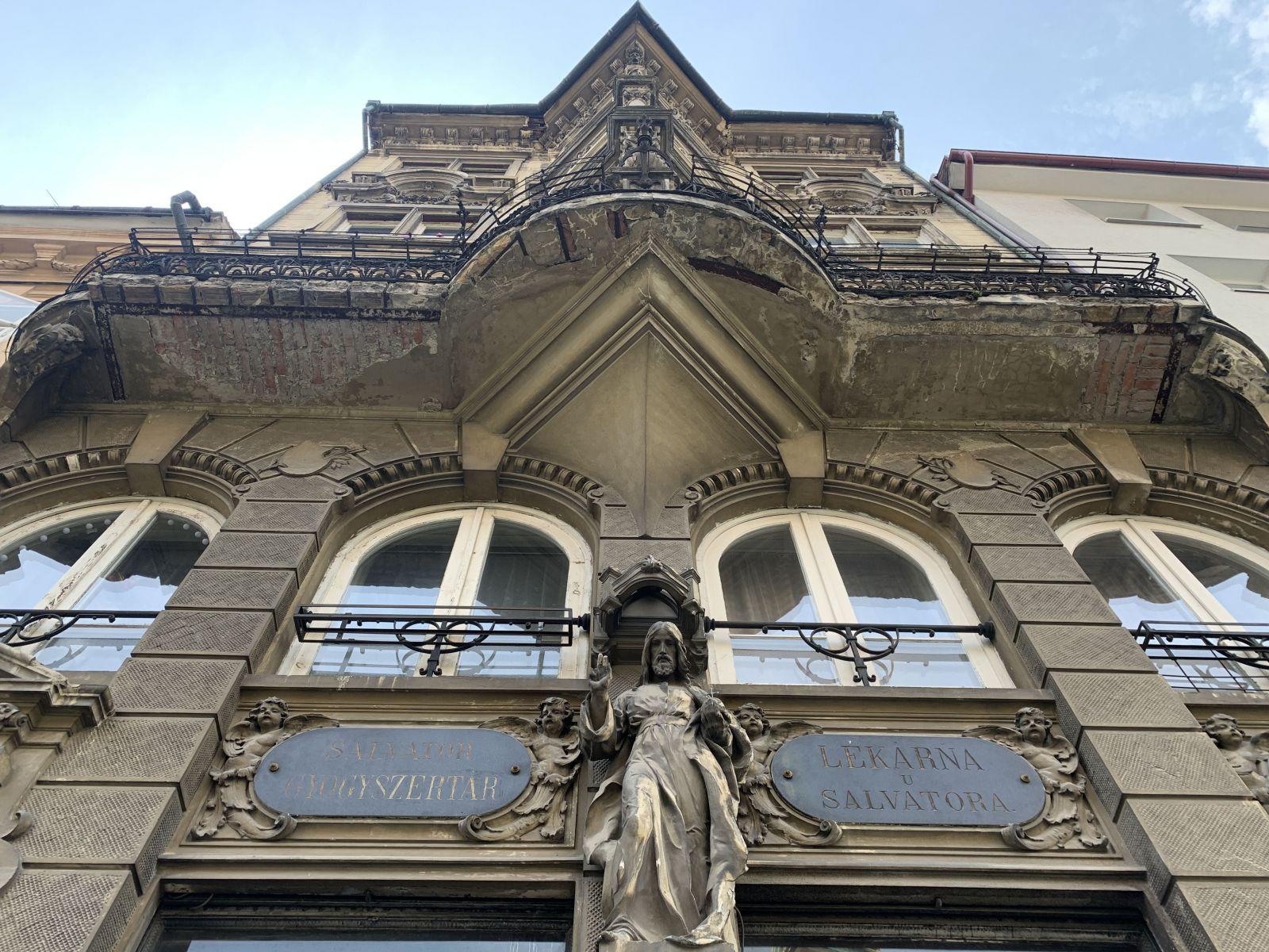 Prežila vojny, socializmus, no poznačili ju 90-te roky. 3,5-miliónový nábytok lekárne sa možno vráti do Bratislavy (Reportáž)